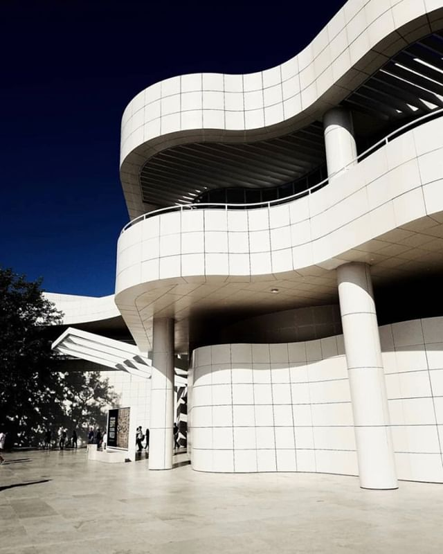 I went here for the first time this year and the @gettymuseum seriusly has the best architechture. I love clean lines 😍 idk maybe I'm crazy but i just really love this style. I got married at the Griffith Observatory for the same reason. 🤷🏾♀️ 📷 @vastyram . . . . . #gettymuseum #architechture #cleanlines #moderndesign #whitebuilding #designporn #modernarchitecture #cleanlines #architecturewatch #architecturephotography
