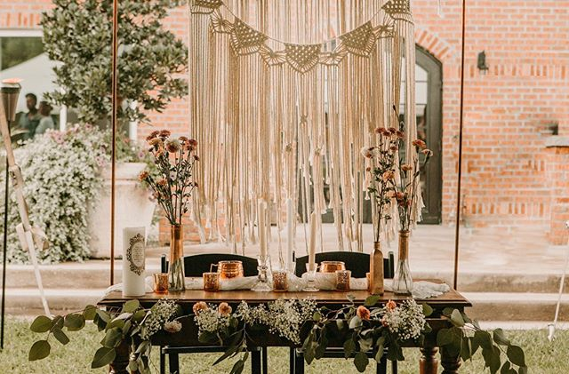 How are you going to design your sweetheart table? ✺ ✺ ✺ ✺ ✺ • • • • • #wedding #weddings #weddingvenue #outsidewedding #reception #ceremony #bridesmaids #bride #groom #bridalshower #calligraphy #venue #engaged #engagedlife #fiance #married #marriage #rusticdecor #rusticweddingdecor #farmweddings #barnweddings #outside