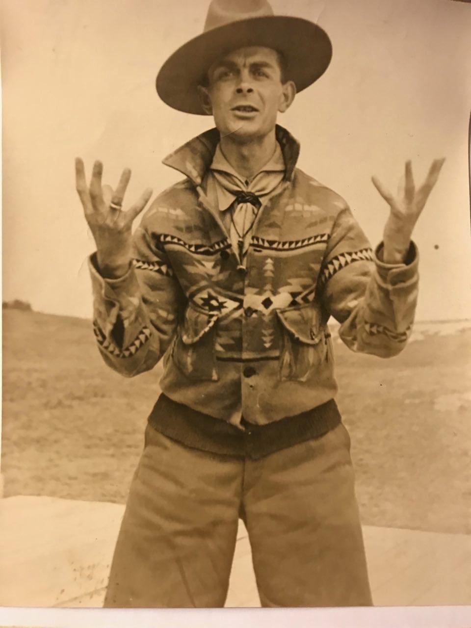 Mijn Opa Pom, een kruising tussen een cowboy, een indiaan en een padvinder.