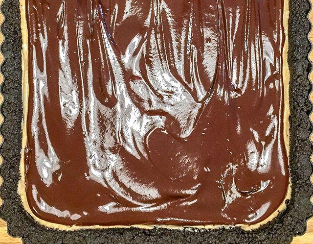 Chocolate peanut butter pie is the easiest and tastiest make-ahead dessert! #chocolatepeanutbutter #makeaheaddessert #peanutbutterpie#peanutbutterdessert