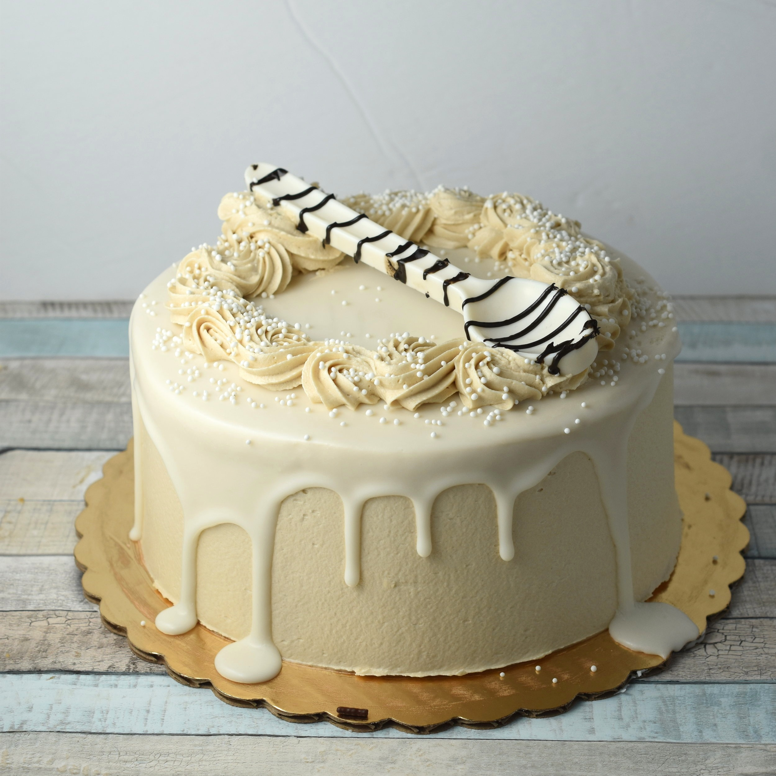 White MOcha - This combo is sure to get you buzzing! White chocolate ganache fills vanilla layers, which are covered in a sweet and satisfying coffee buttercream.