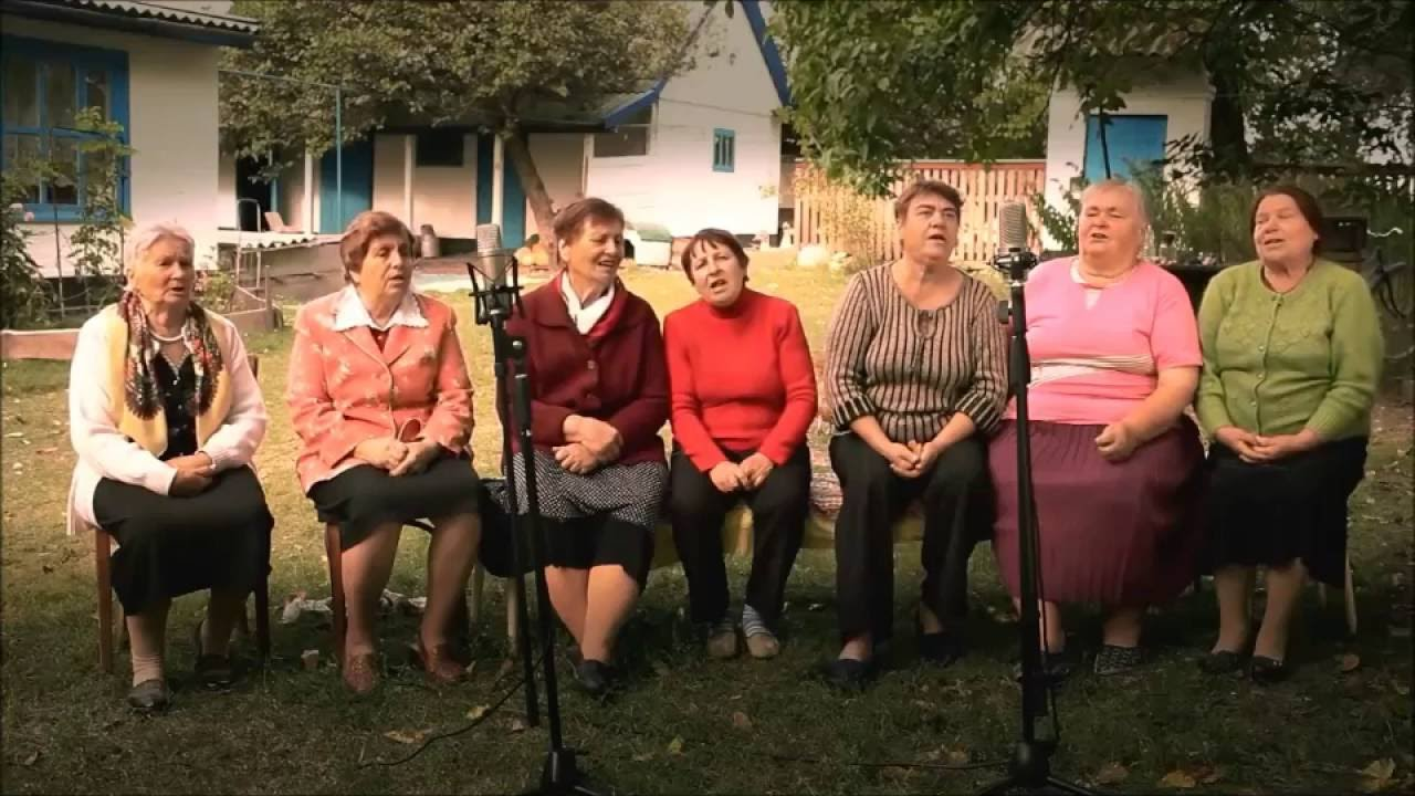 Old ladies are singing a song