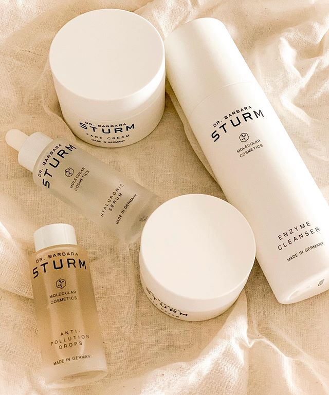 This is a brand that I'm slowly converting all of my skincare products to. Love especially the Anti-Pollution Drops which is an extremely lightweight, antioxidant-based serum. It protects the skin from pollutants, blue light radiation emitted from computers and phones and other environmental stressors that trigger inflammation. As inflammation is one of the main culprits of the aging process, this is now my absolute must have. All available at @cosbar @lidomarinavillage ✨💫 #drbarbarasturm #cosbar #beautyelevated