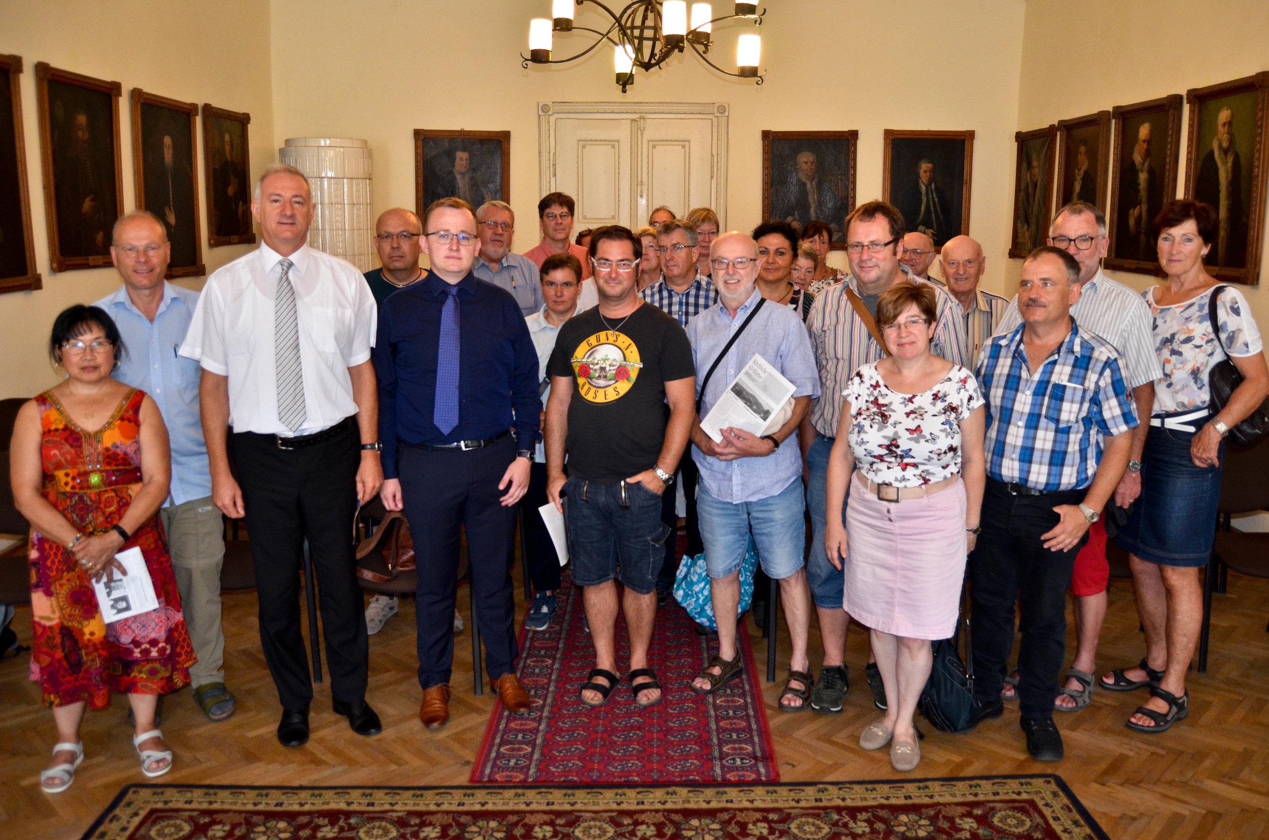 Die Reisegruppe mit EKR-Bischof Reinhardt Guib (3.v.l.) im Festsaal des Bischofspalais in Hermannstadt/Sibiu