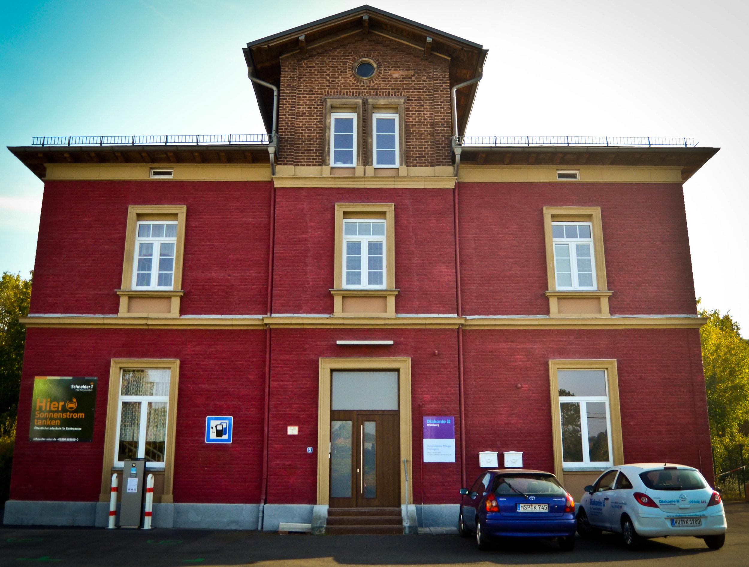 Der Sitz der Diakoniesozialstation Thüngen im alten Bahnhofsgebäude, Am Bahnhof 5 in 97289 Thüngen    Telefon: 09360 - 889    Pflegenotruf: 01801 - 110220
