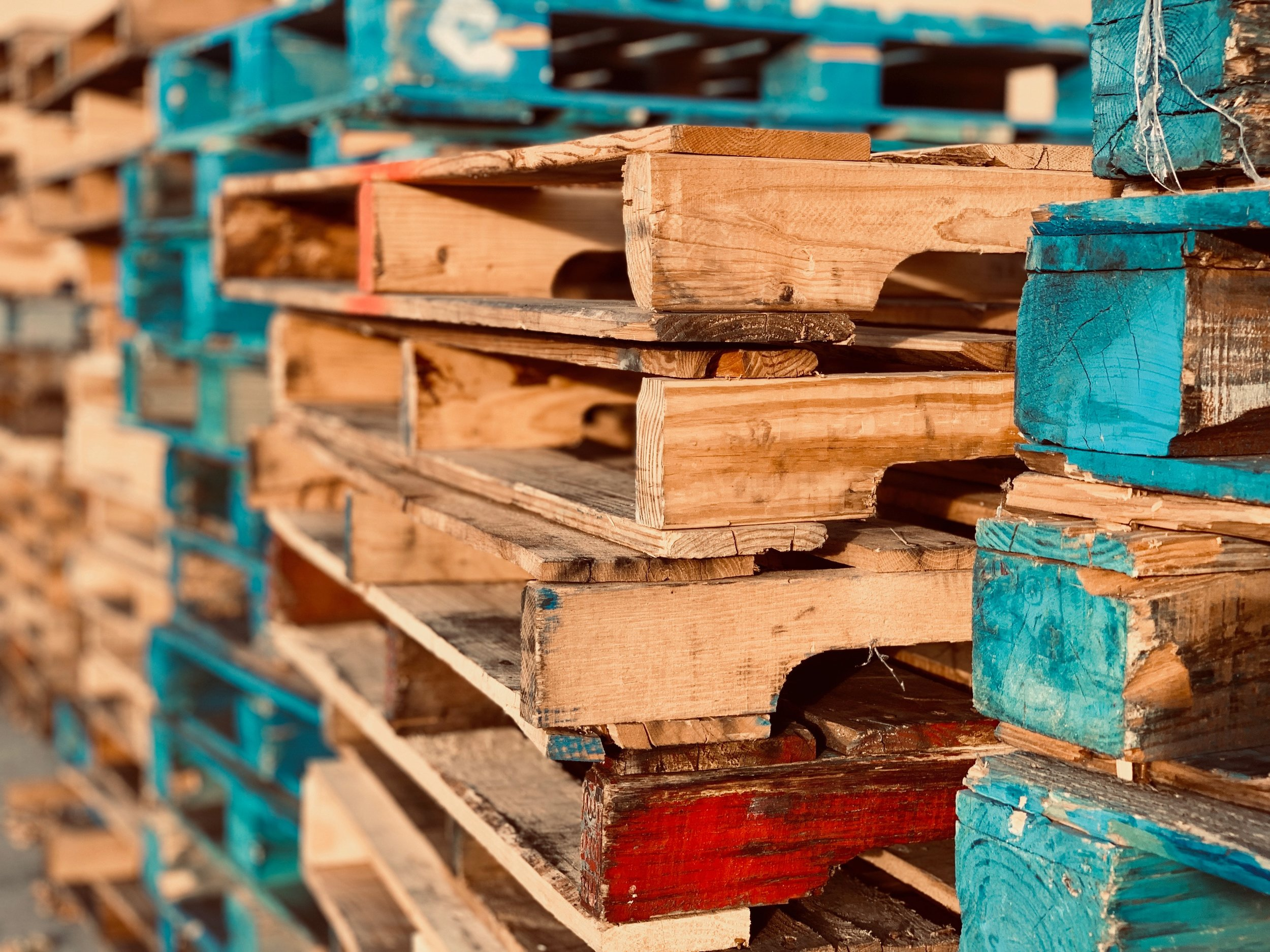 pallets-pile-stack-1684989.jpg