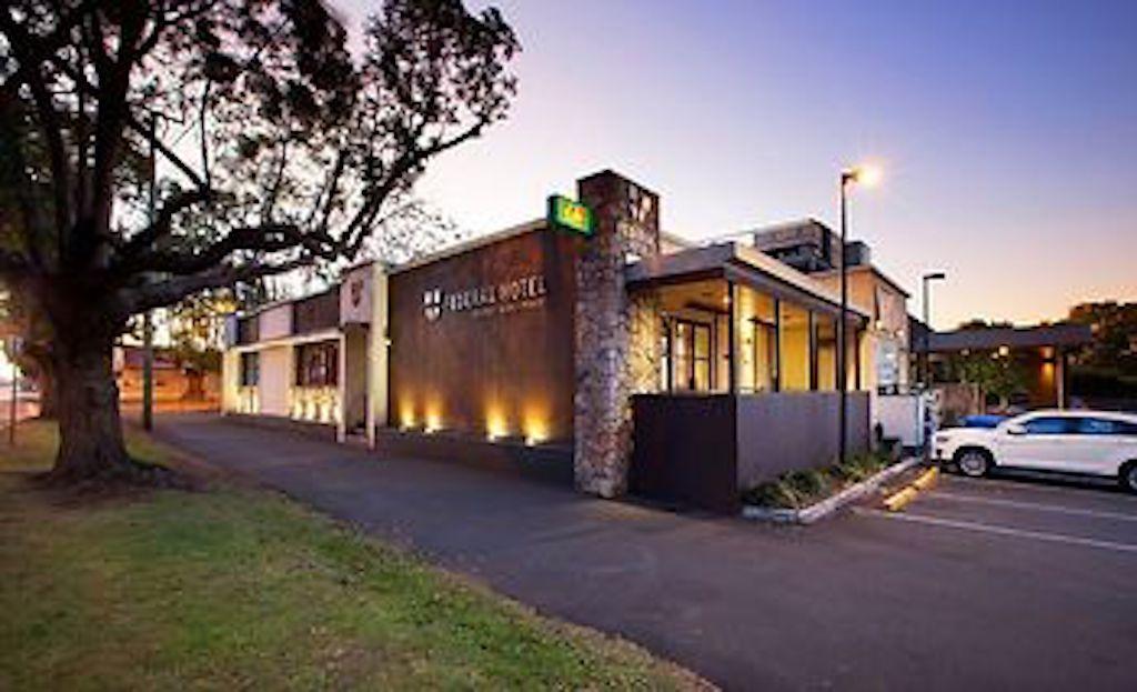 Federal Hotel/ Dan Murphys: meals seven days, bottle shop 200 metres