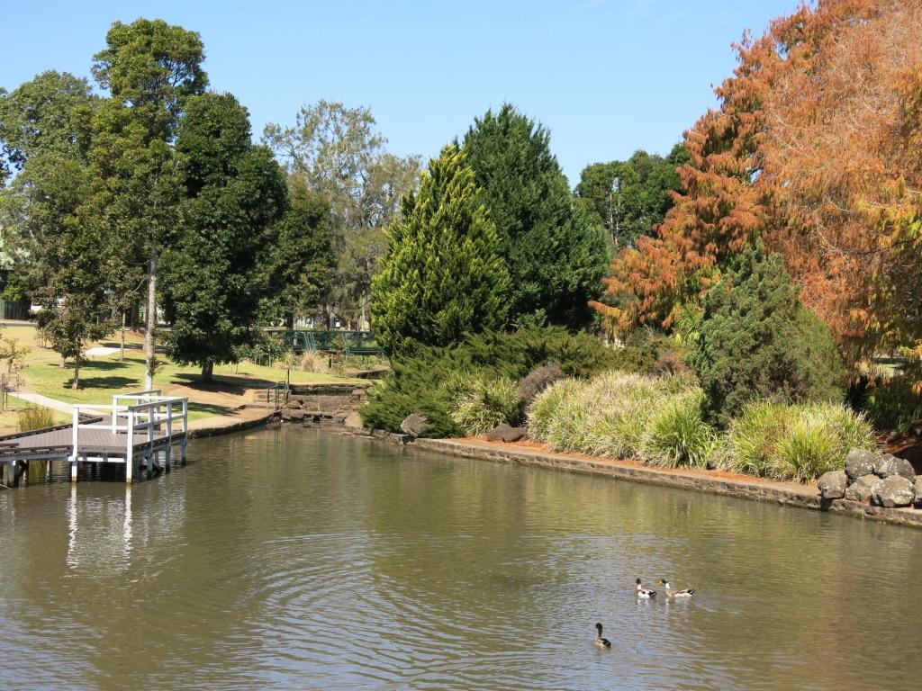 lake annaud: A short stroll along east creek