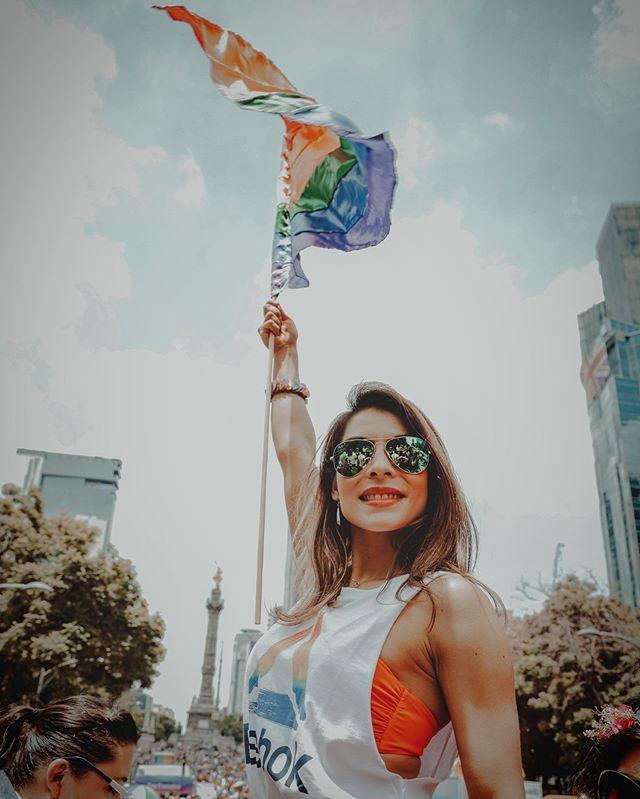Calentando motores en el desfile con puro amor y apapacho... Del Ángel hasta el zócalo nos vemos para cantar y bailar a las 9:50pm ¿estamos listos?🙌🏽🎊🎉 💃🏽🕺🏽🧚🏻♂️🧚🏽♀️🌈 #inquebrantabletour #pride #pride2019 #loveislove #lamúsicanosune #Orgullo41 #seresresistir🏳️🌈