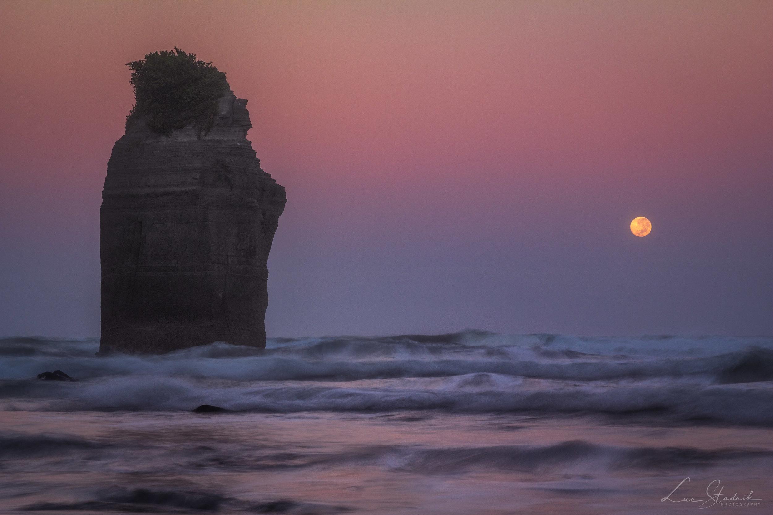 Moonset Before Sunrise / Luc Stadnik