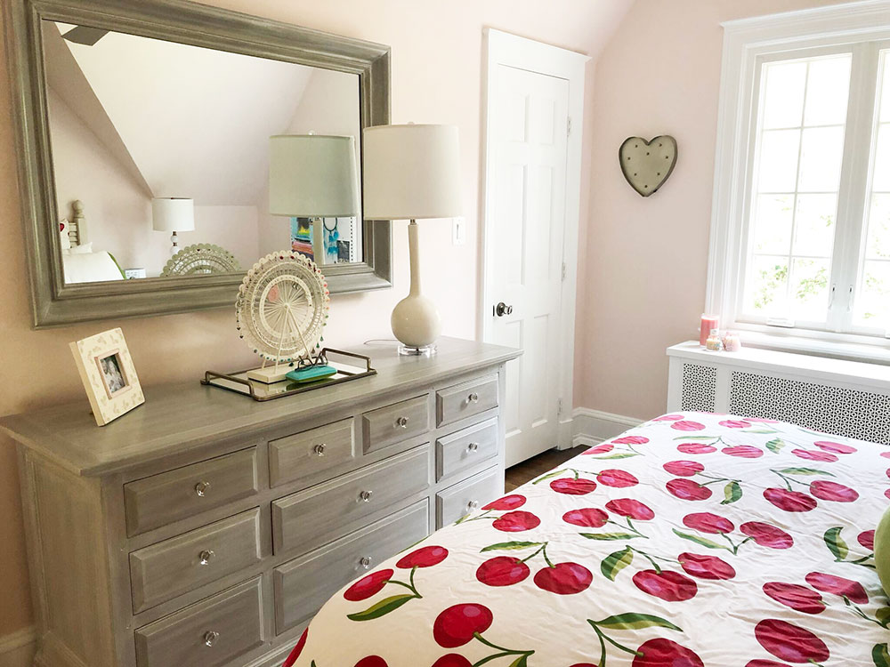 An old wooden dresser & mirror get a new lease on life with a beachwood painted finish.