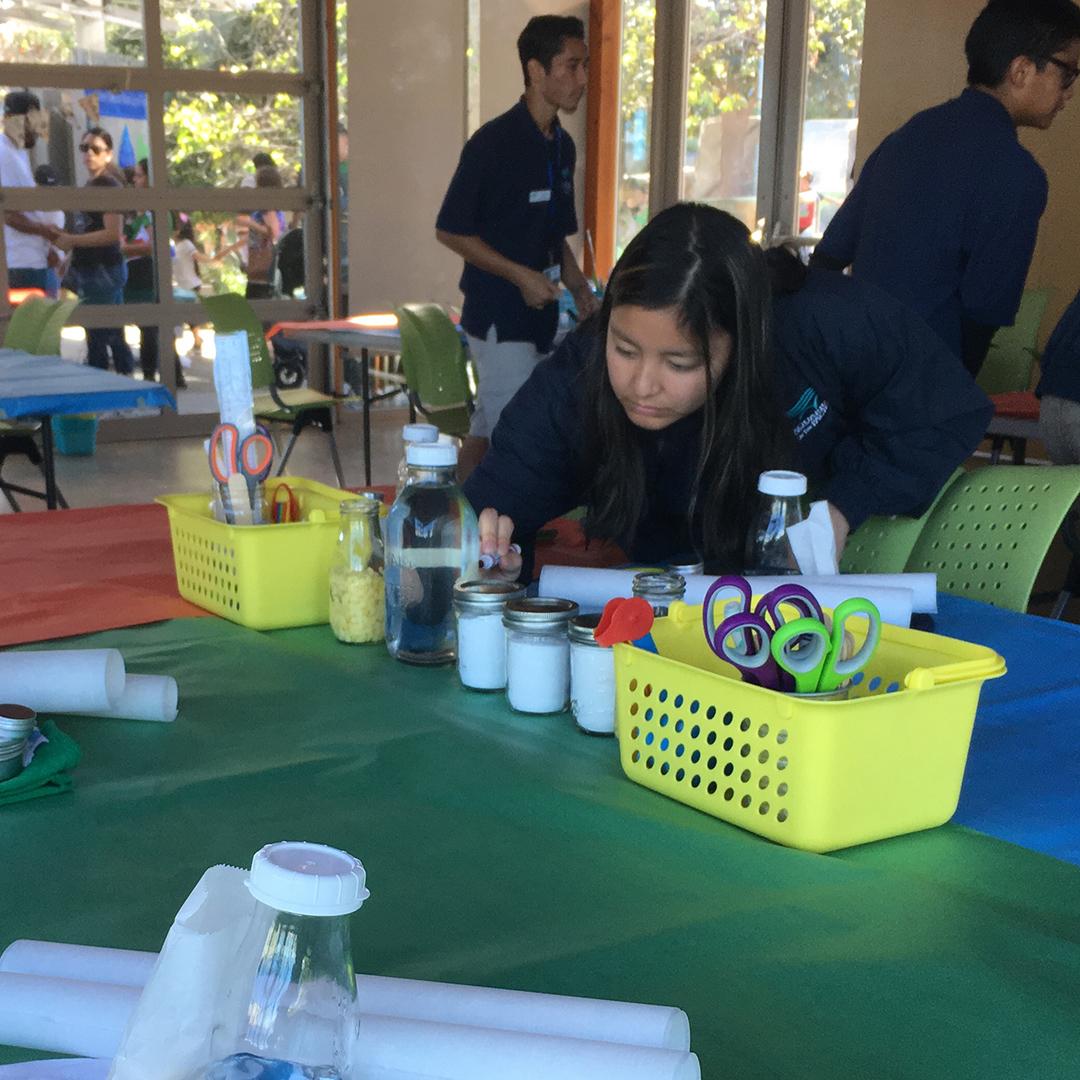 Aquarium volunteers prepping for a DIY zero-waste workshop