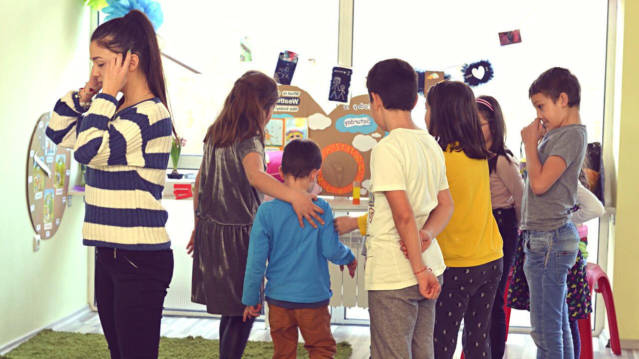Актьорско майсторство на английски: ЗА ДЕЦА НА 6-12 Г. - Дайте шанс на Вашето дете да изиграе любимите си детски роли на английски! Това ще се отрази страхотно не само на артистичността му, но и на английския и на уменията му да се изразява, общува и работи в екип.