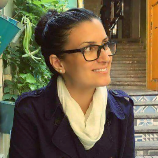 """Мис Оля   Мис Оля е един от най-опитните и обичани преподаватели в Парт Тайм. Освен преподавател в езиковите ни курсове, тя е и създател и вдъхновител на първата по рода си програма """"Лидерство на английски за деца"""" в България, която е част от бутиковия асортимент от развиващи курсове за деца на Парт Тайм.  Завършила е магистратура """"Лидерство и мениджмънт на организациите"""" в САЩ, където е живяла и работила 5 г."""