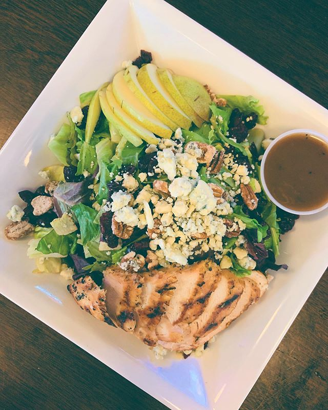 Looking for a fresh, healthy lunch? Try our Harvest Pear Salad. 🍐 🍐 🍐 Mixed greens topped with grilled chicken, sliced pears, bleu cheese crumbles, cranberries and candied pecans, served with a balsamic vinaigrette. #wolfknows #hobokeneats #healthyfood #hobokennj #lunchtime #delicious #fresheats #happyhour