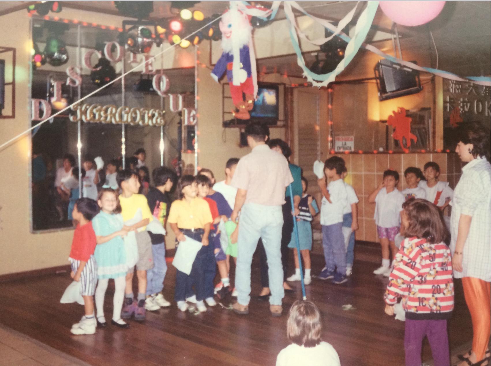 ¡Listos para la piñata! Karaoke 88 era el lugar oficial para las celebraciones familiares, aquí en la fiesta de cumpleaños de mi hermano.