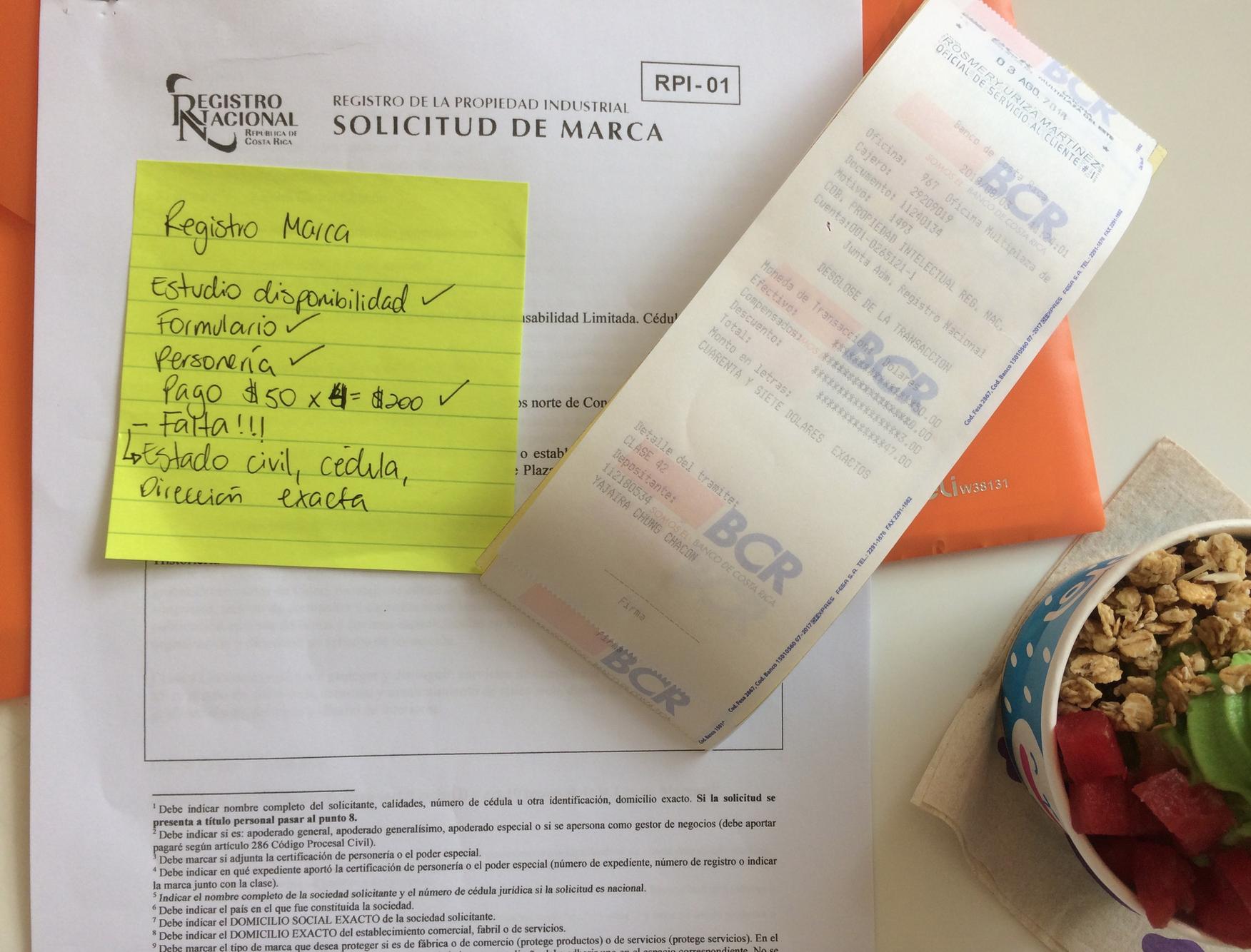 Yo repasando requisitos y documentos en una mesa en el foodcourt de Multiplaza Curridabat
