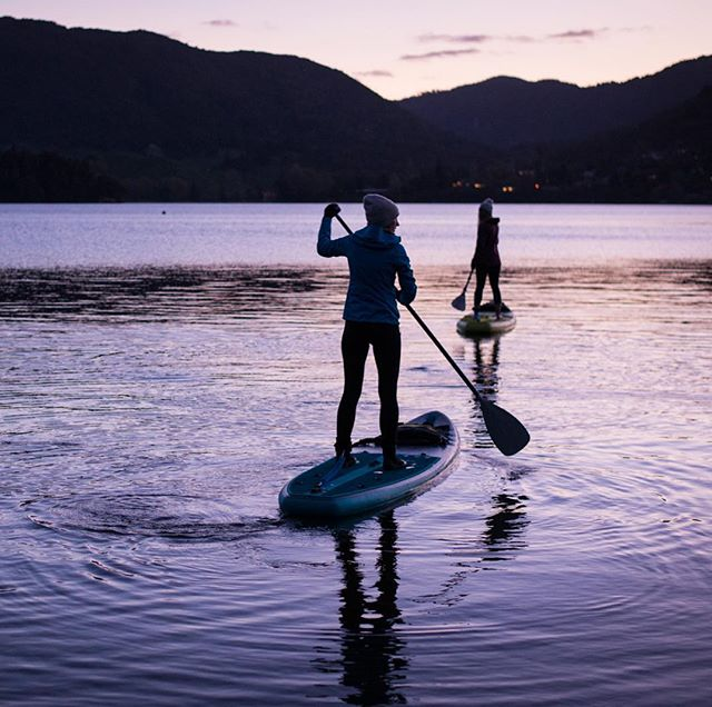 Things are warming up here in Rotorua, this was the last night we needed to wear beanies out on the lake!! Yeow! Bring on summer!! . . . . . #sup #summerscoming #paddleboarding #rotoruanz #paddleboardrotorua #sunset #glowworm #caves #lake # tourism #beautifuldestinations