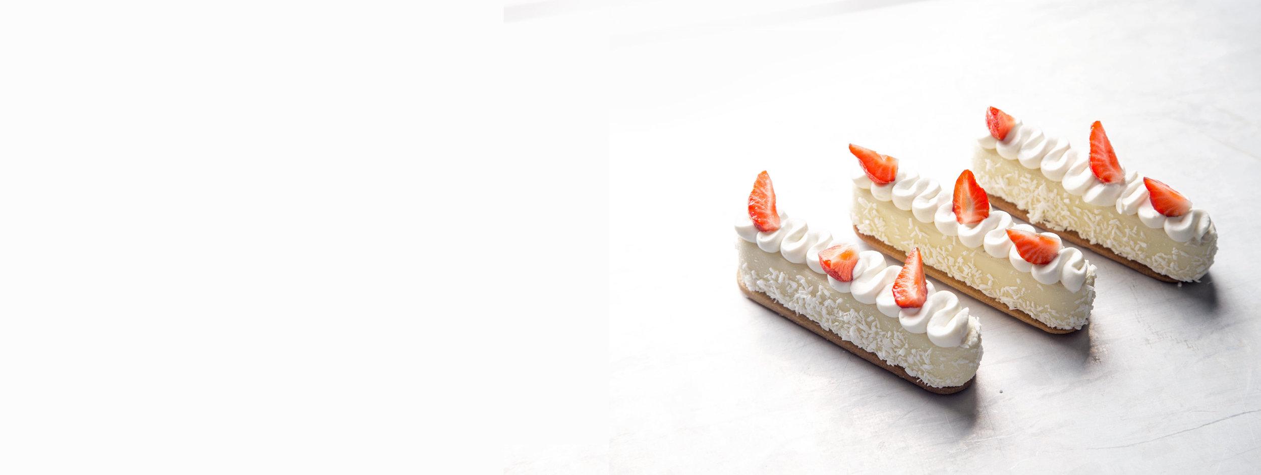 HVIT SJOKOLADEMOUSSEKAKE - Med vanilje, jordbær og mascarponekrem. Kuvert.