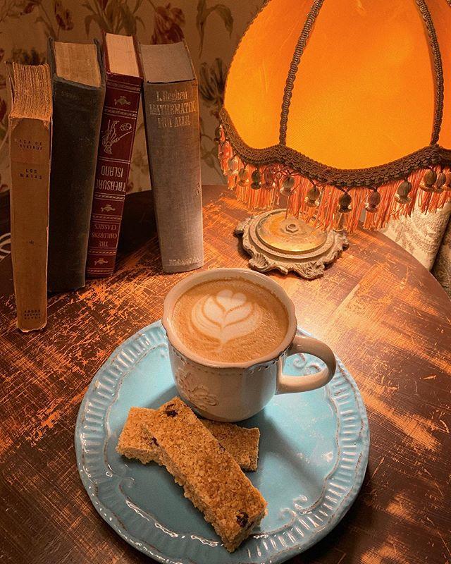 En Wonderland Café tenemos una sorpresa para ti ✨ A partir de hoy, entre las 8:30 y 12:30 hrs de lunes a viernes podrás pedir tu Latte con syrup a elección más flapjacks por solo 3.900 ¡¡Te esperamos!! Rosal 361, Lastarria 📍