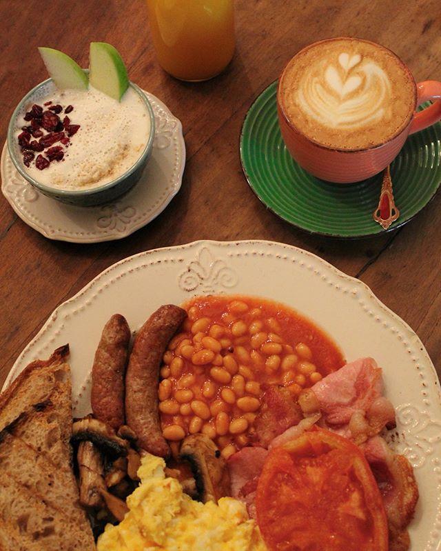"""¡En Wonderland Café el desayuno ya está servido! 🔔 Full english breakfast una de aquellas delicias que tenemos para animar tu día 🍳 ☕️ """"Aveces solo necesitas un poco de motivación para salir de la cama por las mañanas"""" , ¡te esperamos! Rosal 361,Lastarria 📍#brunch🍴"""