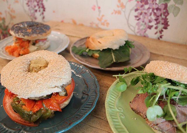 ¿Que mejor que una mesa llena de bagels 🥯 ? ¡Revisa nuestra historia y conoce nuestros deliciosos sándwiches!