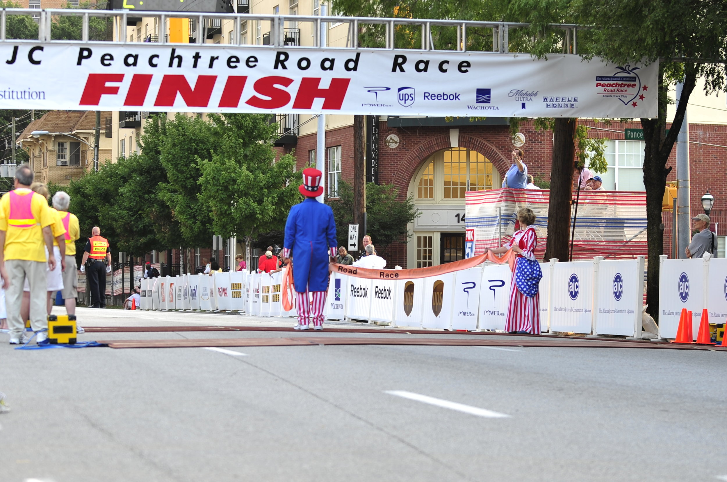 Uncle Sam and Betsy Ross await finishers on Juniper St. in 2008