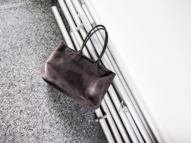 When you move and everything is a background for a picture 👜 . . . . . . #women #womenentrepreneurs #fashion #fashioninspo #womenempowerment #forwomen #forwomenbywomen #designer #blogger #mode #blog #newpost #cashmere #leathergoods #leather #vsco #paris #ootd #purse #sewing #sewingblog #basics #montreal #businesswoman #momtobe