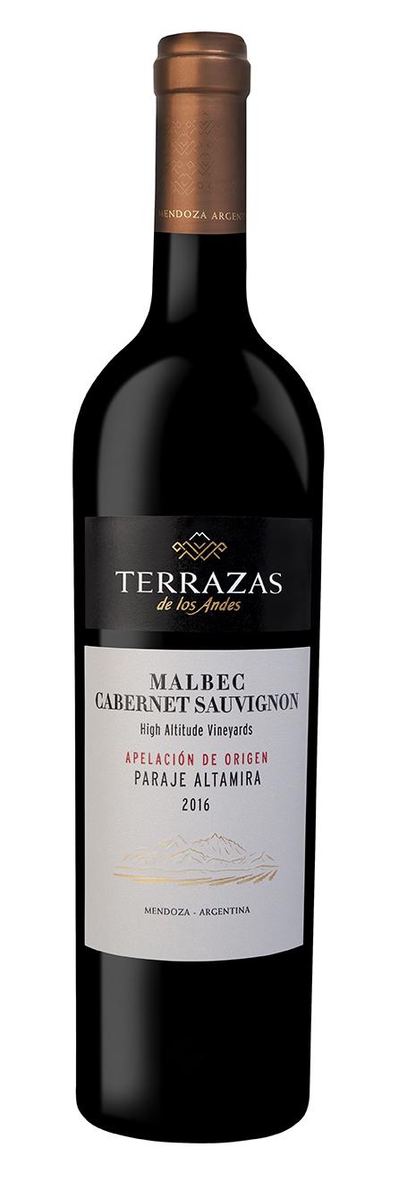 Terrazas de los Andes Apelación de Origen Paraje Altamira Malbec – Cabernet Sauvignon - Altamira es una IG recientemente delimitada y que ha ganado gran reconocimiento por la calidad y expresión de sus vinos. Terrazas de los Andes es uno de los principales productores de la zona con 300 hectáreas. Este vino proviene de su viñedo a 1.100 m. y es un tributo a esta tierra que se extiende en las alturas al margen derecho del Rio Tunuyán en Valle de Uco. Es un terruño en el que estos dos varietales logran una excelente expresión a la misma altura y se unen con elegancia, profundidad y armonía.Altitud: 1.080 metros sobre el nivel del marEdad de los viñedos: plantado en 1999Textura del suelo: 70% arena, 15% limo, 15% arcilla y presencia de gran cantidad de piedra calizaComposición varietal: 50% Malbec 50% Cabernet SauvignonColor: rojo rubí intensoAroma: este blend ofrece gran complejidad aromática y entrelaza notas de hierbas silvestres como lavanda con notas especiadas como pimienta blanca y anís. Se perciben también aromas de hongos secos, cacao, cenizas y cerezas maduras. Aparecen notas a tabaco rubio y cuero sobre el final.Boca: De acidez equilibrada y taninos finos que otorgan frescura y gran elegancia este blend de Cabernet Sauvignon y Malbec.Puntaje: James Suckling 94 pts (2017)