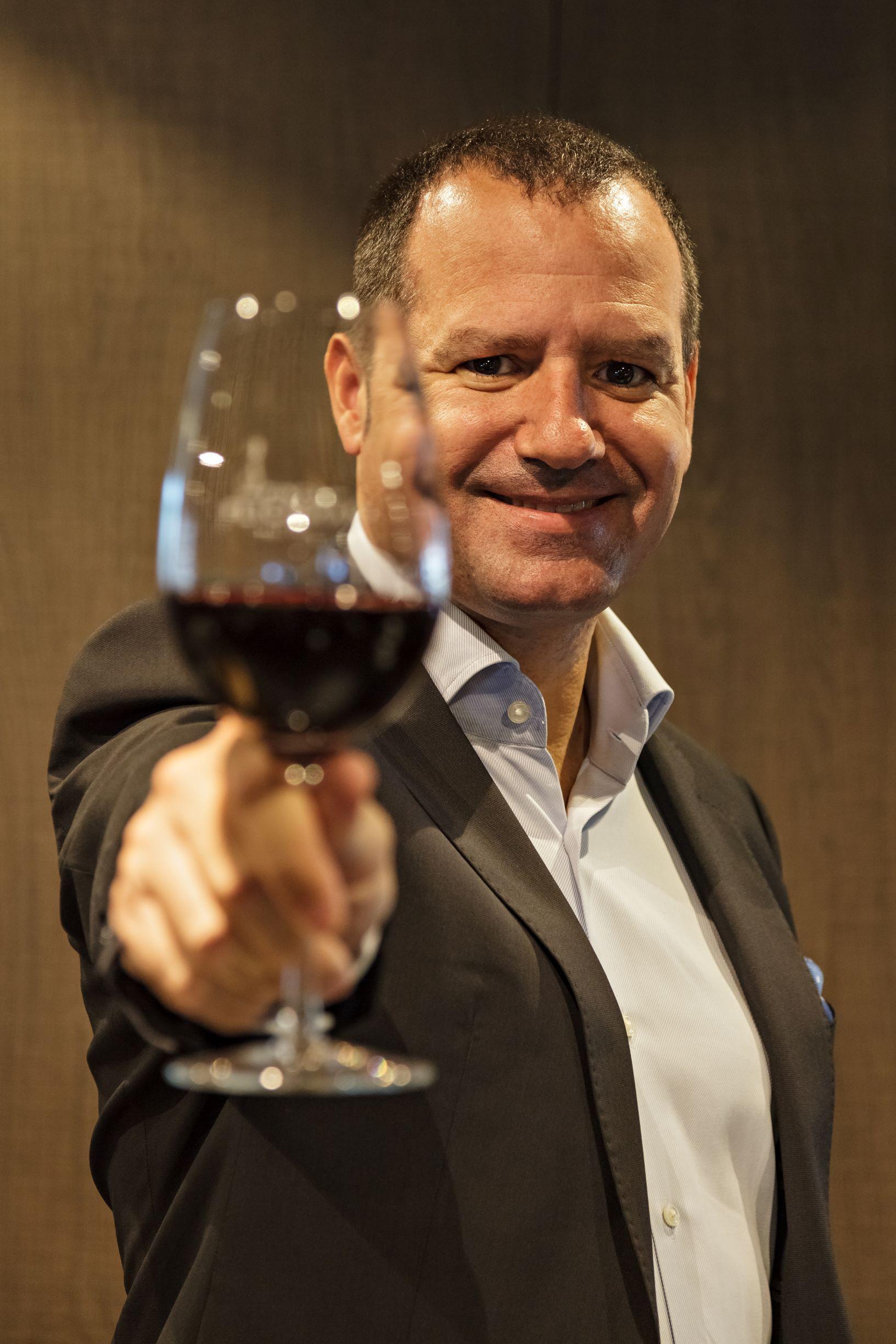"""- """" Históricamente, el negocio del sector fue pensado de atrás hacia adelante, partiendo de la uva disponible y no en las tendencias y deseos del consumidor. Nuestra tarea es brindar un servicio de marketing para profesionalizar esta área en el mundo del vino""""- Gastón Lo Ruso"""