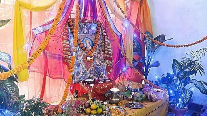 नवरात्री के पर्व पर सजा हुआ निशि श्रीवास्तव के घर का मंदिर