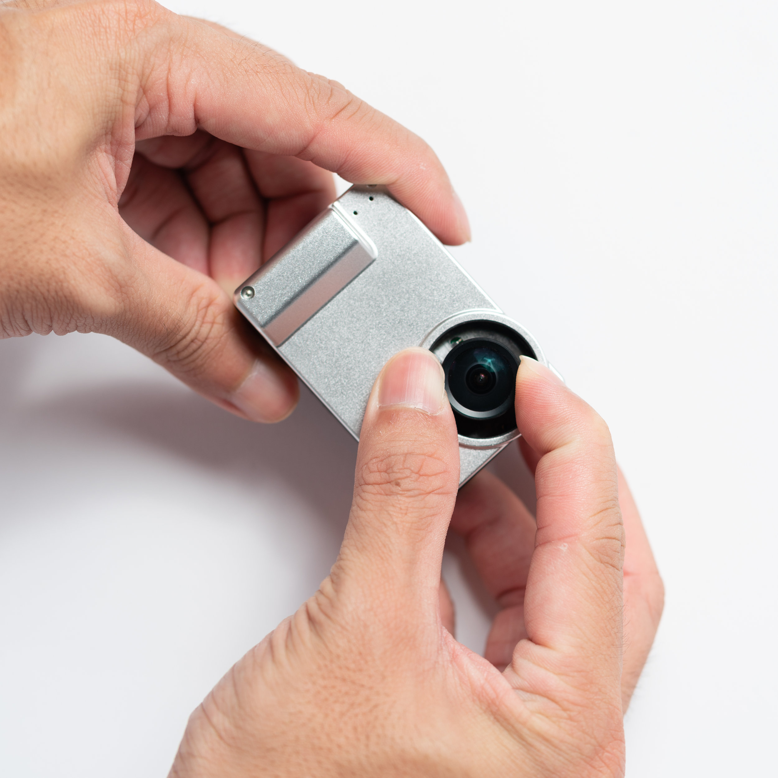 1. Remove the kit lens by twisting it counter clockwise and unscrewing it completely.