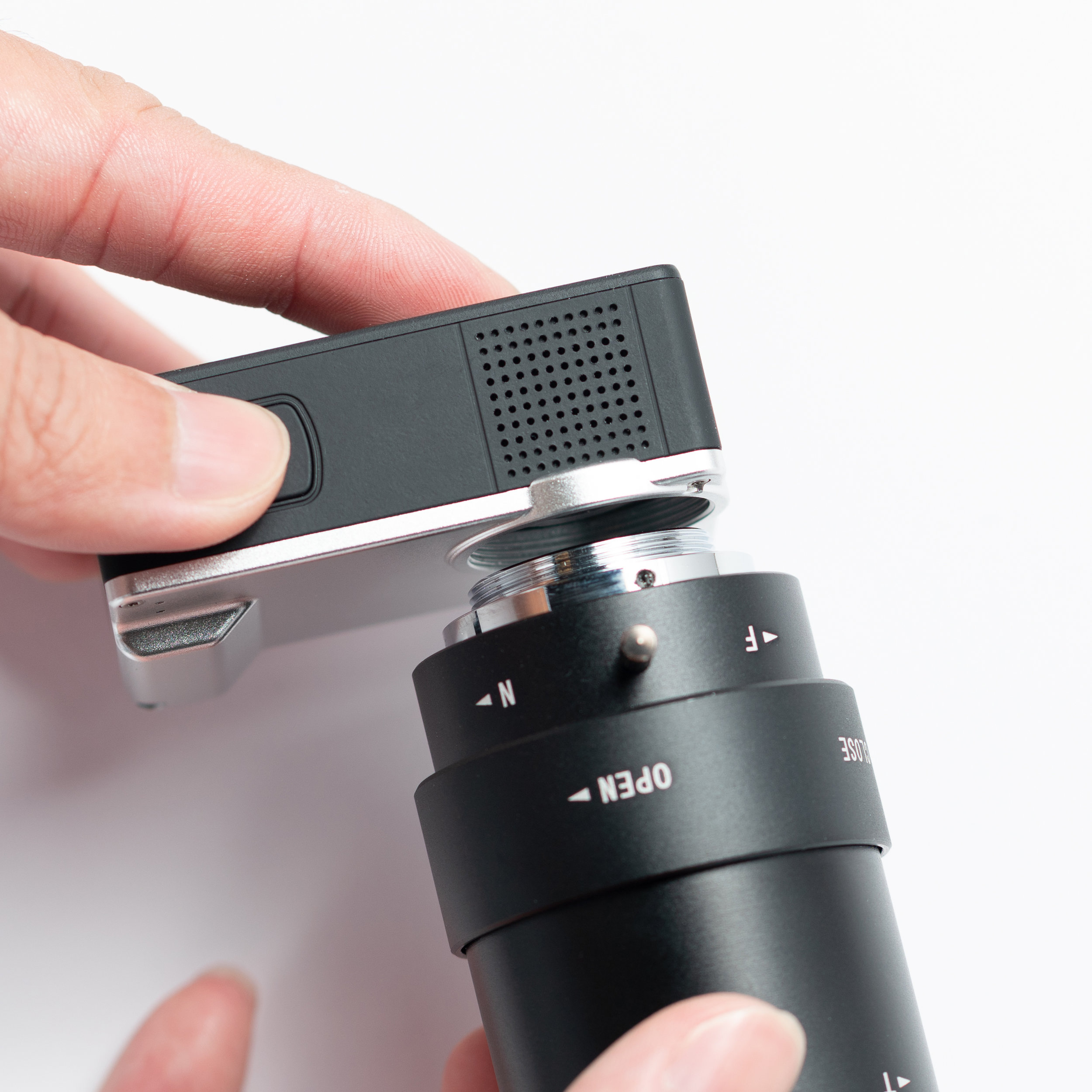 3. Ensure that the lens is parallel to the lens mount before twisting it clockwise to attach it to the camera.