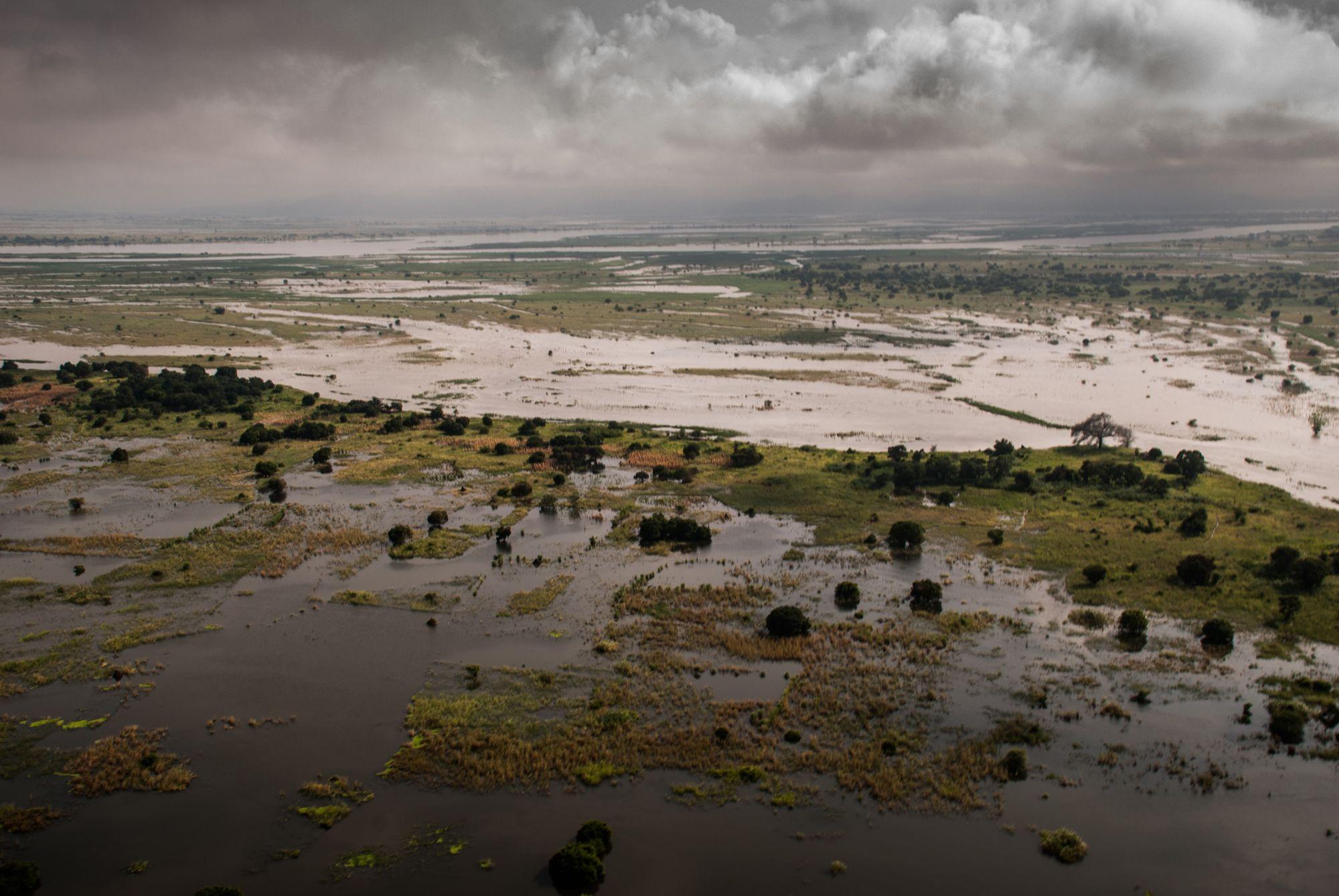 Den store mektige Zambezielven gikk langt over sine bredder da de åpnet slusene i en av verdens største dammer Cahora Bassa, lenger opp i dalen. En klimarelatert og menneskeskapt katastrofe som gjorde at elven flommet over på veldig kort tid og de som bodde langs breddene hadde kort tid på å komme seg i sikkerhet.