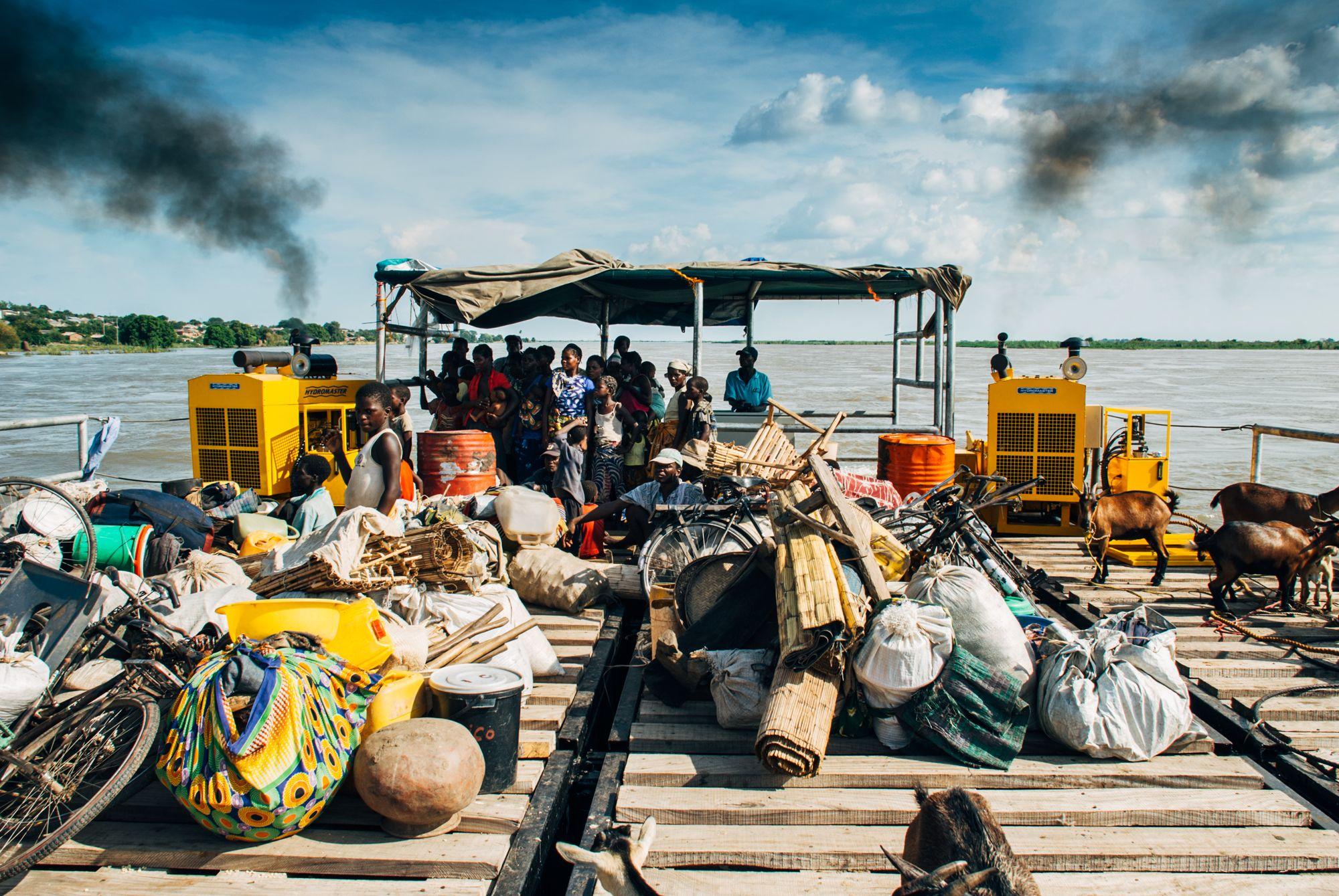 Båten tok folk og fe inn til trygt land hvor de ble lempet på lastebilder for å kjøres til midlertidige teltleire.