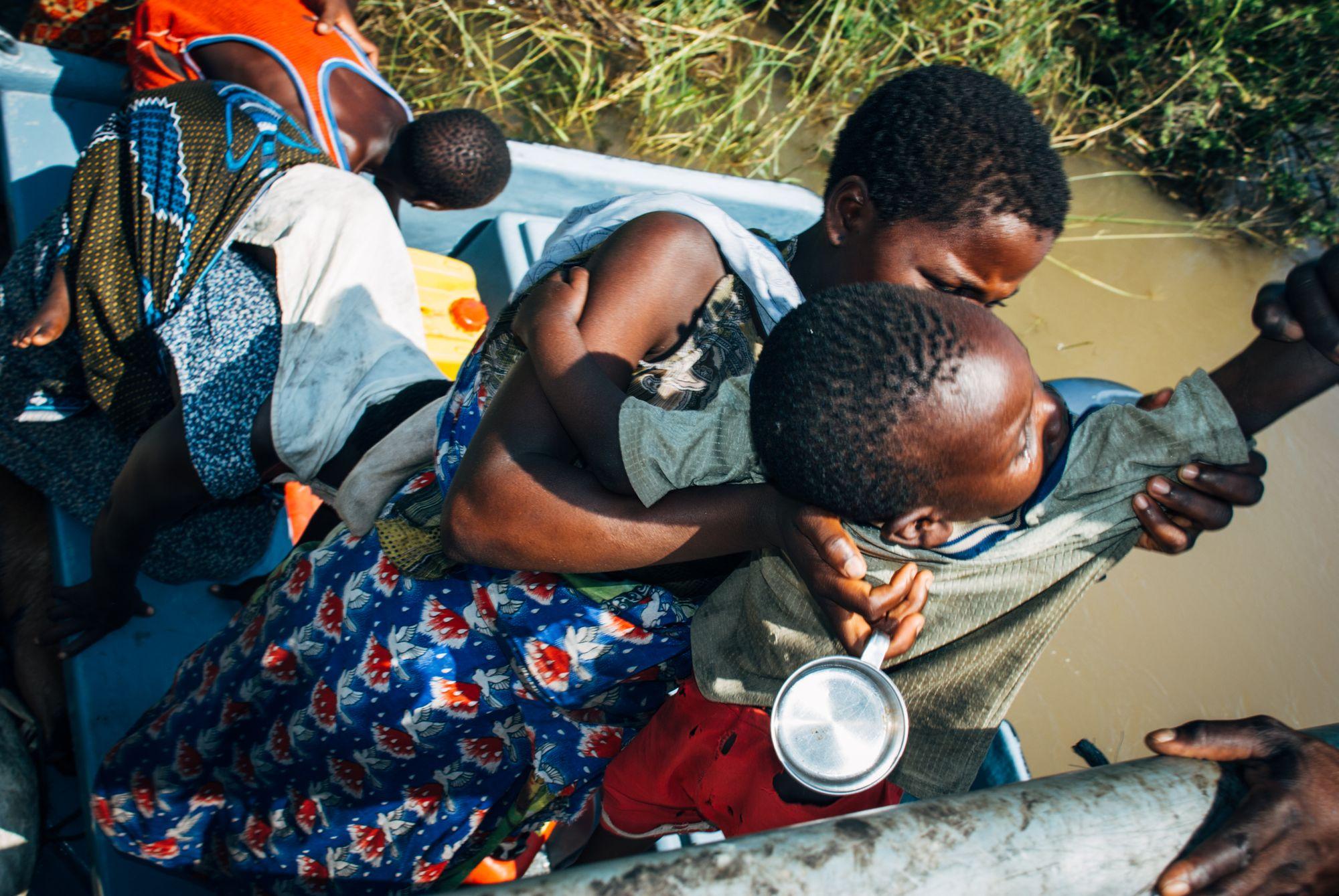 Mange familier ble reddet fra vannmassene. Noen var heldige og fikk med seg en del av det de eide, andre klarte ikke få med seg mer enn det de sto og gikk i.
