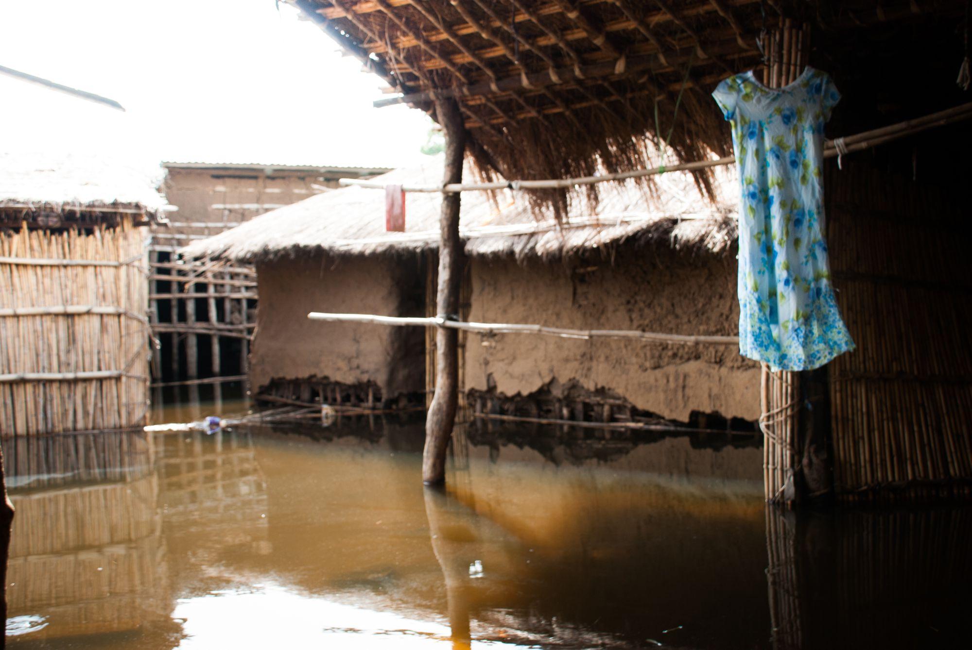 Vannet gikk inn i hus og langshusvegger. Det førte også med seg krokodiller og krokkodilleangrep. Man var ikke trygg noe sted.