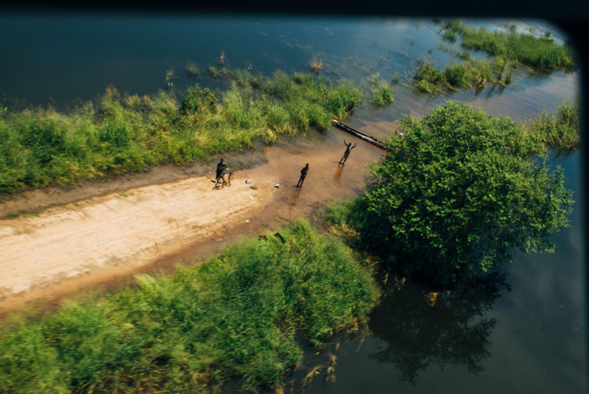 Innfartsveier og landsbyer sto under vann. Hit ble jeg flydd inn med helikopter for å fotografere.