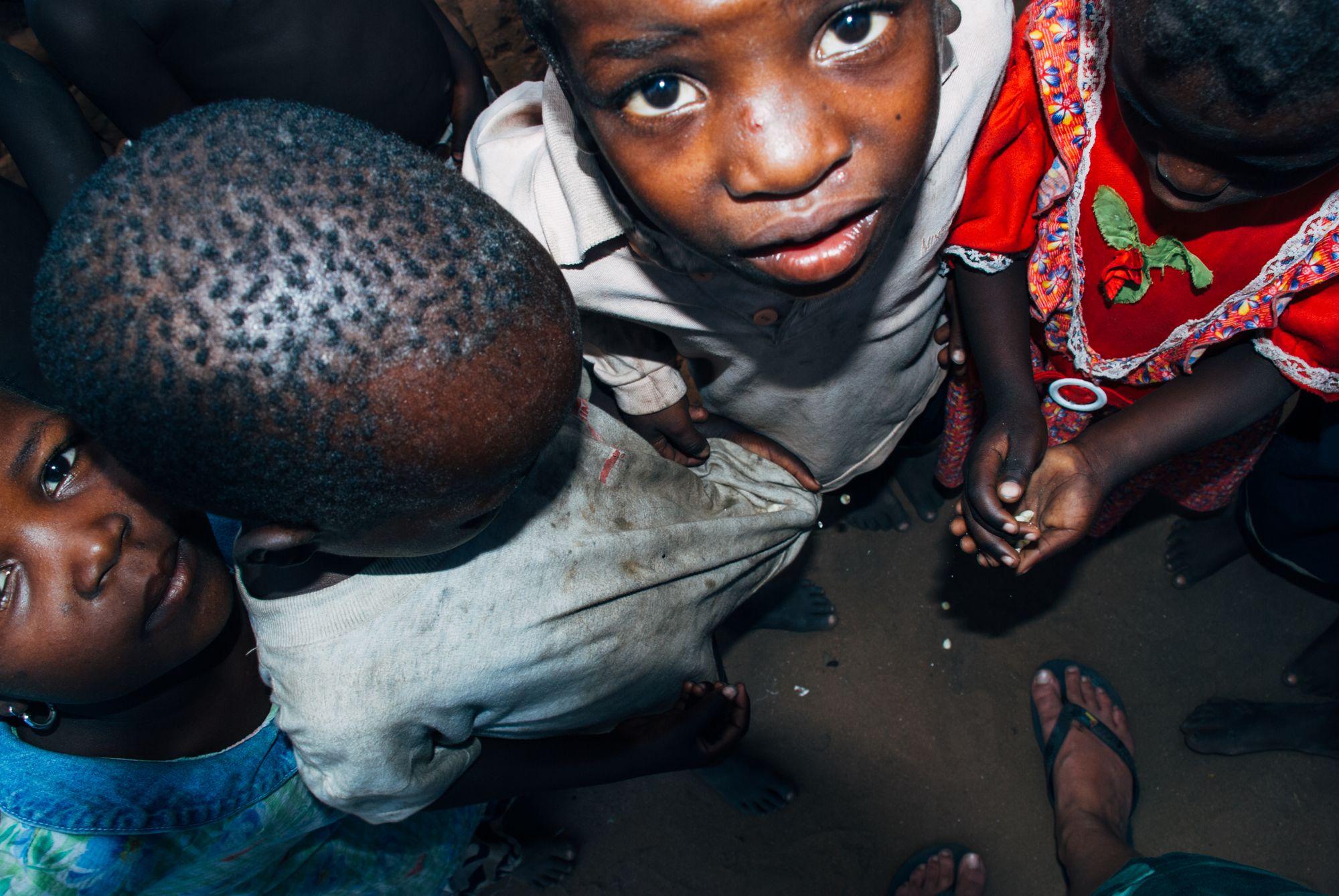 SMÅ MAISKORN - Disse barna fant noen få maiskorn på bakken etter matutdelingen. Maiskorn de delte nøye seg imellom.