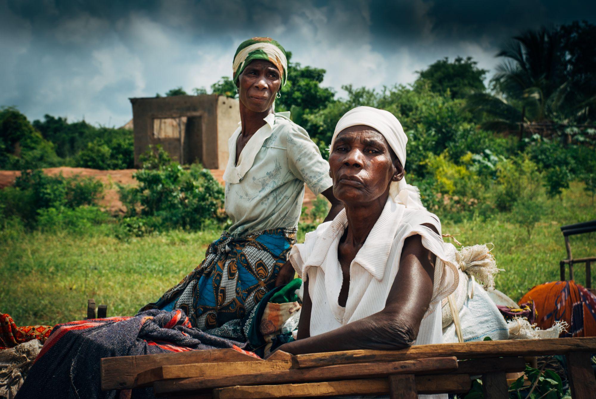 I Mozambique er det ofte bestemødre som forsørger store barneflokker. Foreldregenrasjonen er rammet av AiDS. Denne damen hadde 13 foreldreløse barn og forsørge.