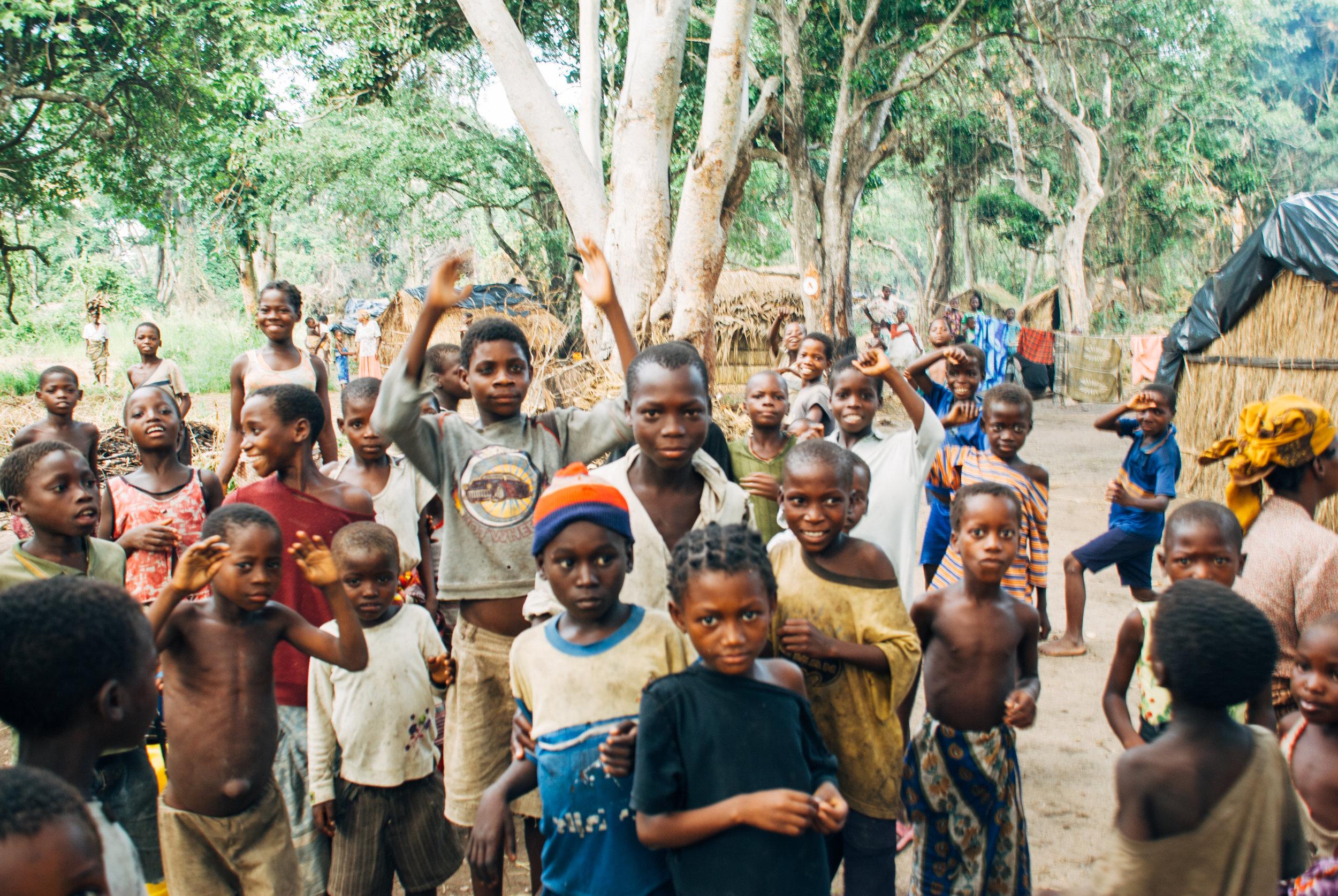 En dag brukte jeg bare på å være sammen med barna i en av campene. Vi hadde det så innmari morsomt. Danset og lo og fotograferte. Da jeg gikk ut av leiren var det med en hale på nesten 100 barn som ville vinke hadet til meg. Da gråt jeg altså!