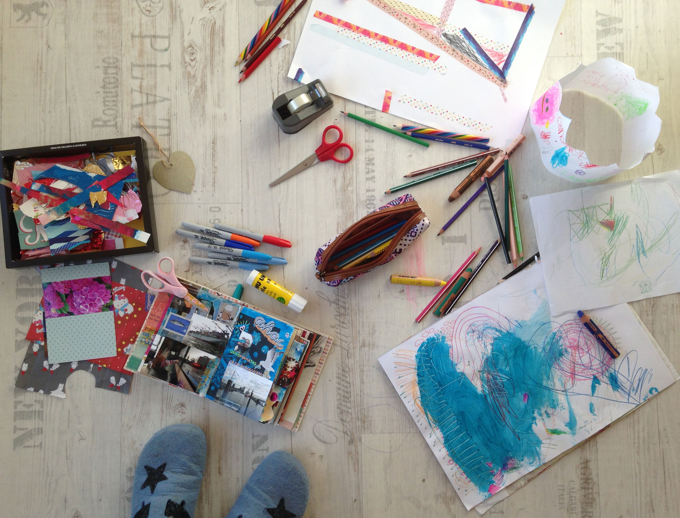 Kreativ-Zeit im Kindertrubel.  Wenn das Leben wenig Auszeiten bietet, wandert die Auszeit eben mit Kind & Kegel ins Kinderzimmer.