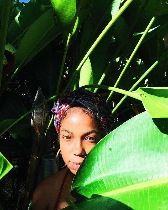 Channeling a ripe mango ready to be picked 🥭Fun fact: I don't eat mangoes which supposedly revokes my Jamaican/Island Gyal card 🤷🏾♀️ • What's your fave type of mango? Maybe I'll try one again someday. Also, any foods you've tried and just don't like? • • #FoodForThought #ParadiseChild #IslandGyal #BlackGirlsTravelToo