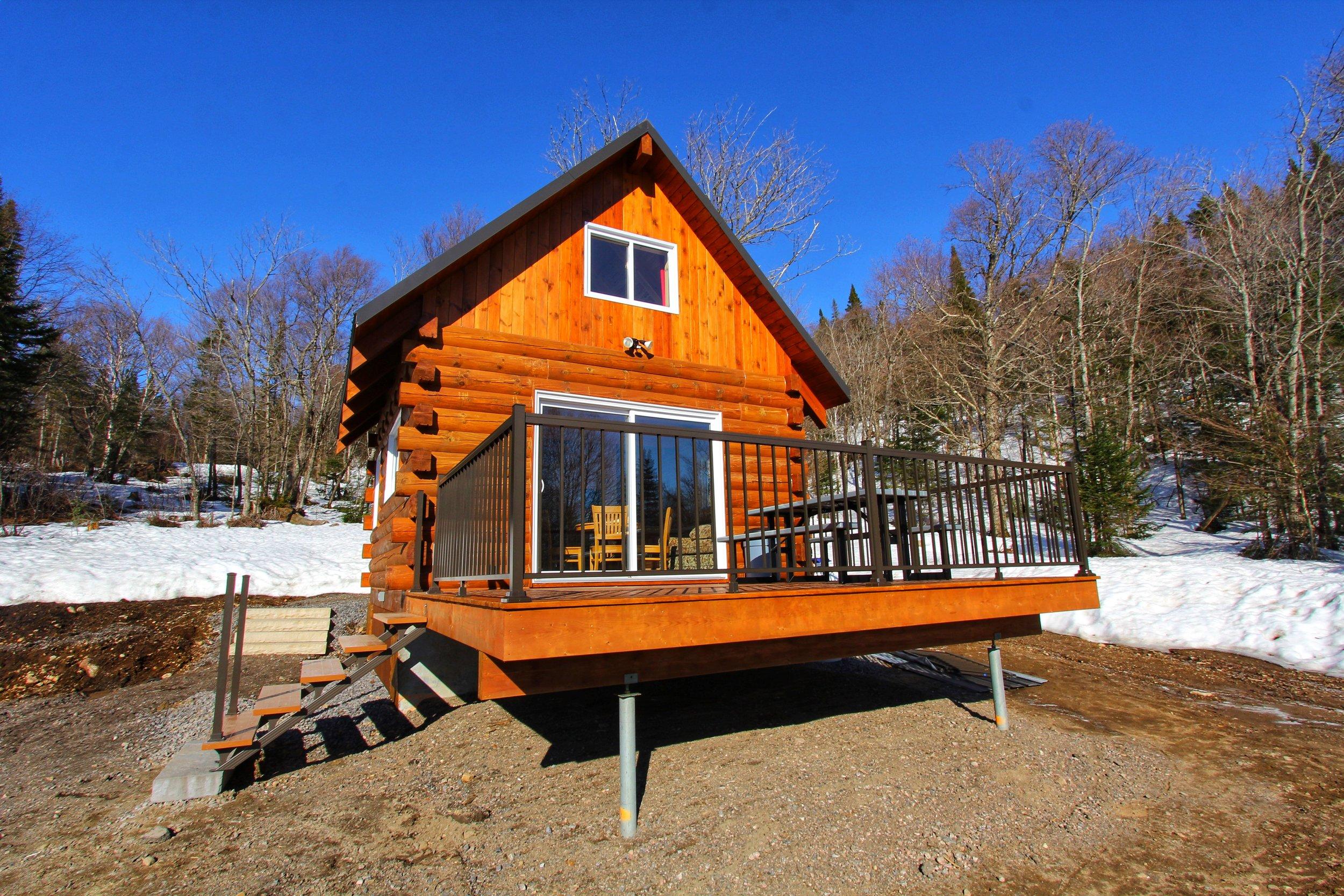 LE ÉLISA - Venez vivre une expérience unique dans notre mini chalet de 20m2 sur 2 étages en bois rond entièrement équipé pouvant accueillir 6 personnes. Situé dans le secteur ouest de la montagne Le Maelstrom,  venez vous ressourcez et faire une pause le temps d'une semaine ou d'une fin de semaine.