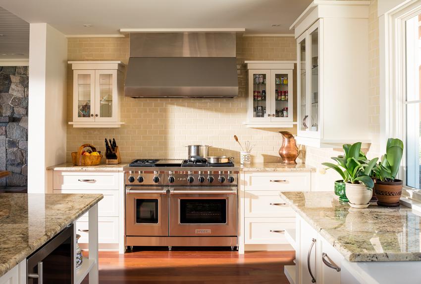 Stonington_shingle_style_kitchen.jpg