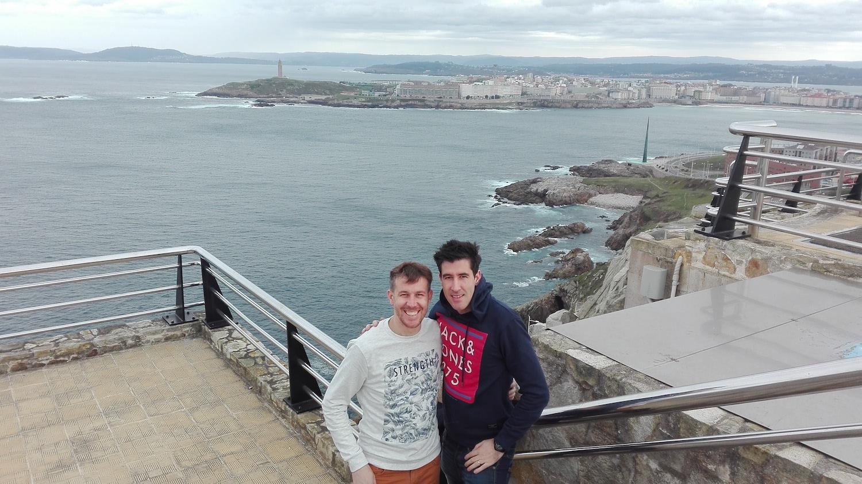 Cláudio Mendes com o irmão em Espanha.