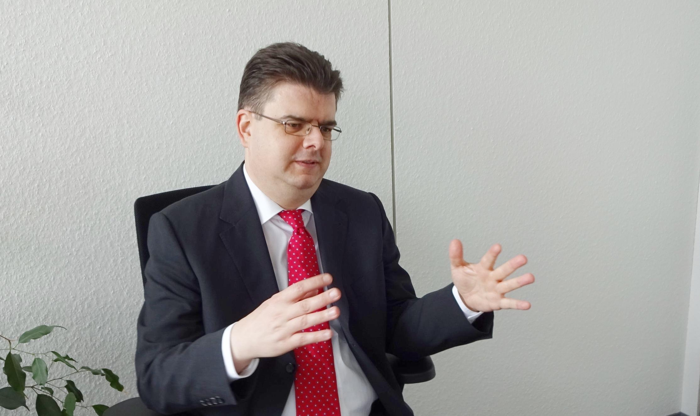 Dr. Thomas Wendel - hat an der Universität Bonn in Kernphysik promoviert und zusätzlich Wirtschaftswissenschaften studiert. Sein technischer Background wird ergänzt durch langjährige Erfahrung in der Strategie- und Personalberatung sowie der interkulturellen Zusammenarbeit