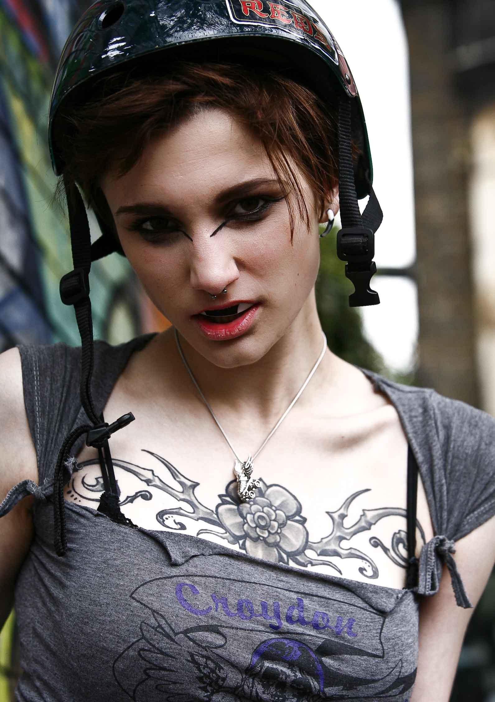 Silver-roller-derby-skate-necklace-model-Anna.jpg