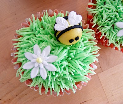 Bee and daisy cupcakes