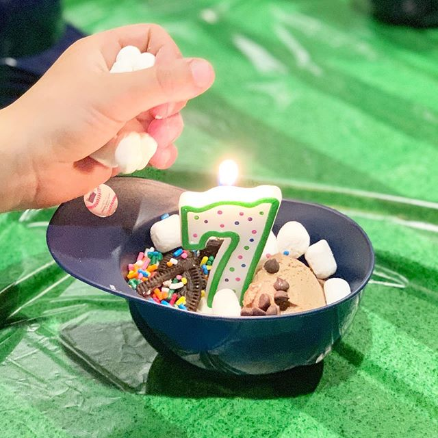Make your own ice cream sundaes! 🍦 A special birthday treat for a special baseball-loving boy (and an easy no-cook dessert since mom just had a baby and #aintnobodygottimeforthat). We started with @cadoicecream since there were dairy allergies in the group (and shhh 🤫 no one even noticed that their ice cream was made with 🥑 !) and laid out other allergy friendly (and sugar 🦷 friendly) toppings that the kids piled on like woah: crushed @oreo , @enjoylifefoods mini chocolate chips, 🌈 sprinkles, and mini marshmallows. And how cute are these baseball caps? Brings back so many memories of childhood days at the ballpark! ⚾️